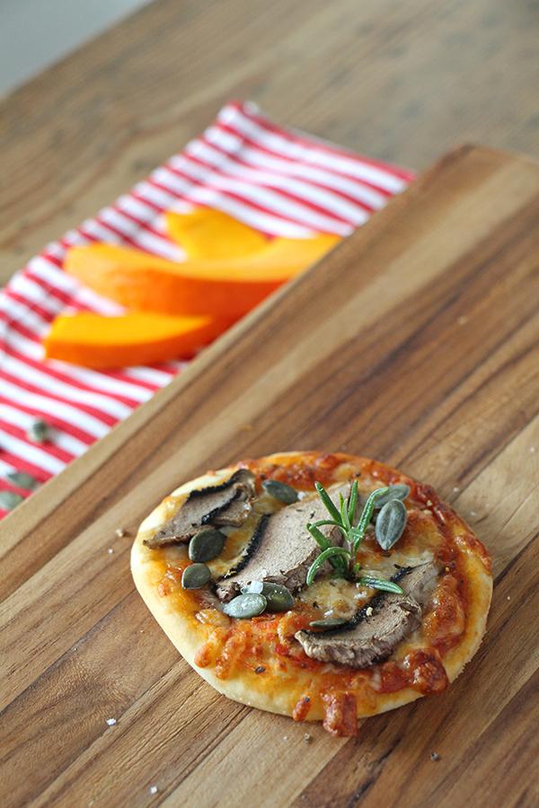 Vegane Minipizza mit Champignon und Kürbiskernen