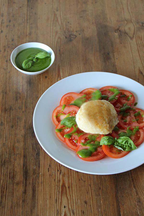Gebratener Mozzarella Caprese mit Tomaten und Basilikum-Pesto