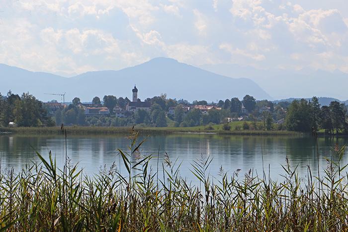 Iffeldorf am Großen Ostersee mit Bergpanorama