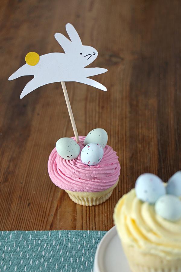 Oster-Cupcake mit Dekohase-Topper