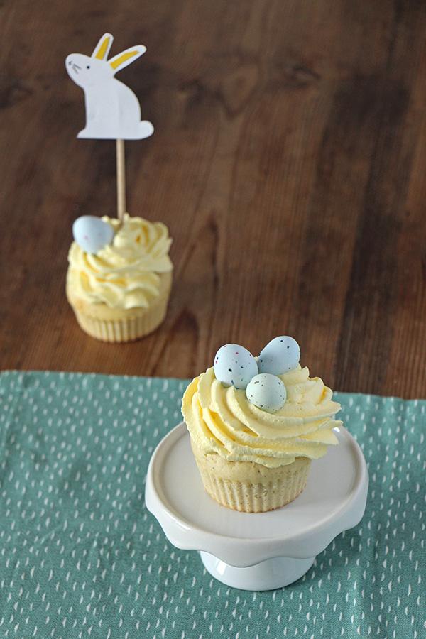 Ostercupcake und Zuckereier als Deko