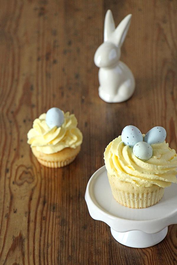 Osternest-Cupcakes mit Keramikhase