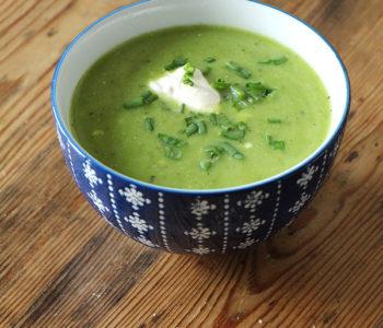 Vegetarische oder vegane Erbsen-Mairüben-Suppe