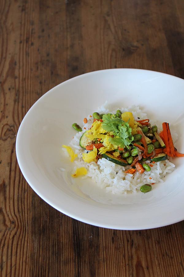 Reispfanne mit Edamame und Gemüse