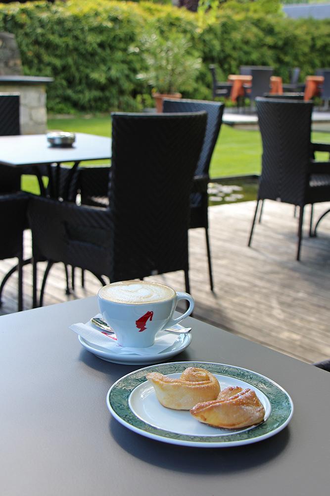 Cappuccino und Zimtschnecken im Hotel Sand