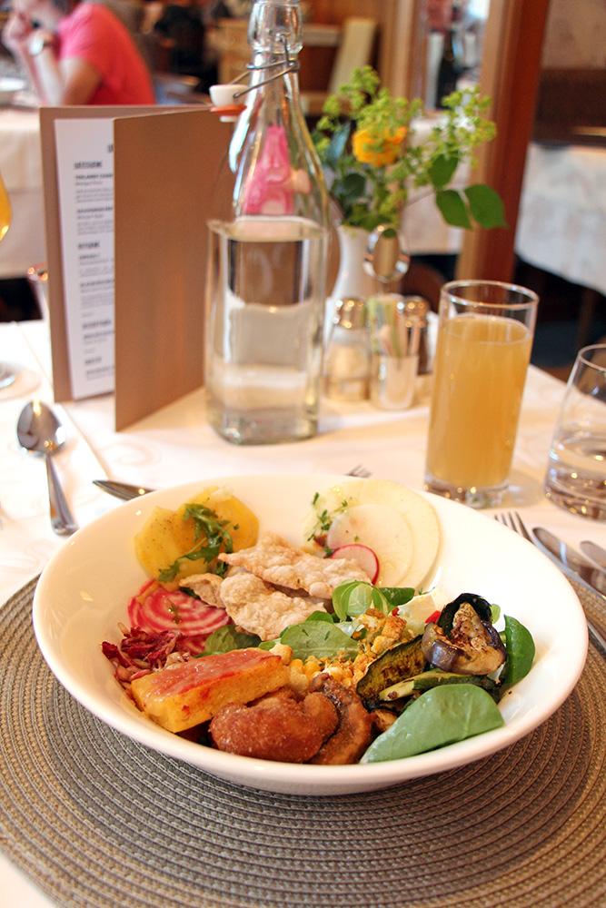Salat vom Buffet im Hotel Sand