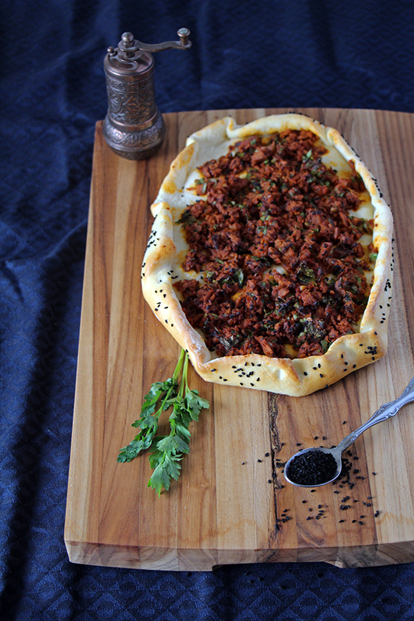 Türkische Pide mit Seitan-Hack als veganes Rezept
