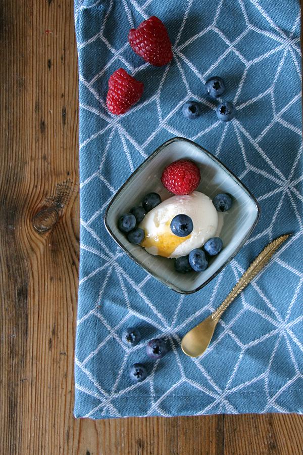 Joghurteis mit Honig und Beeren