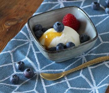 Joghurteis selber machen mit Beeren und Honig