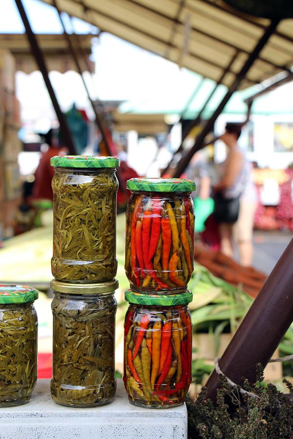 Eingelegtes Gemüse auf einem Markt in Brasov, Rumänien