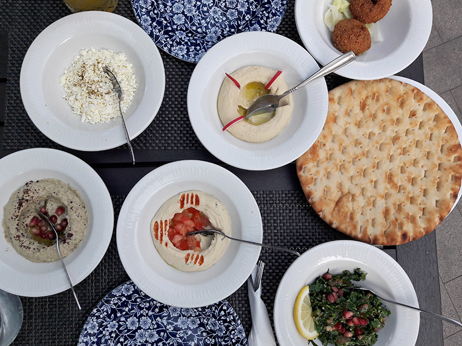 Libanesische Vorspeisenplatte im Fenis Palas in Iasi