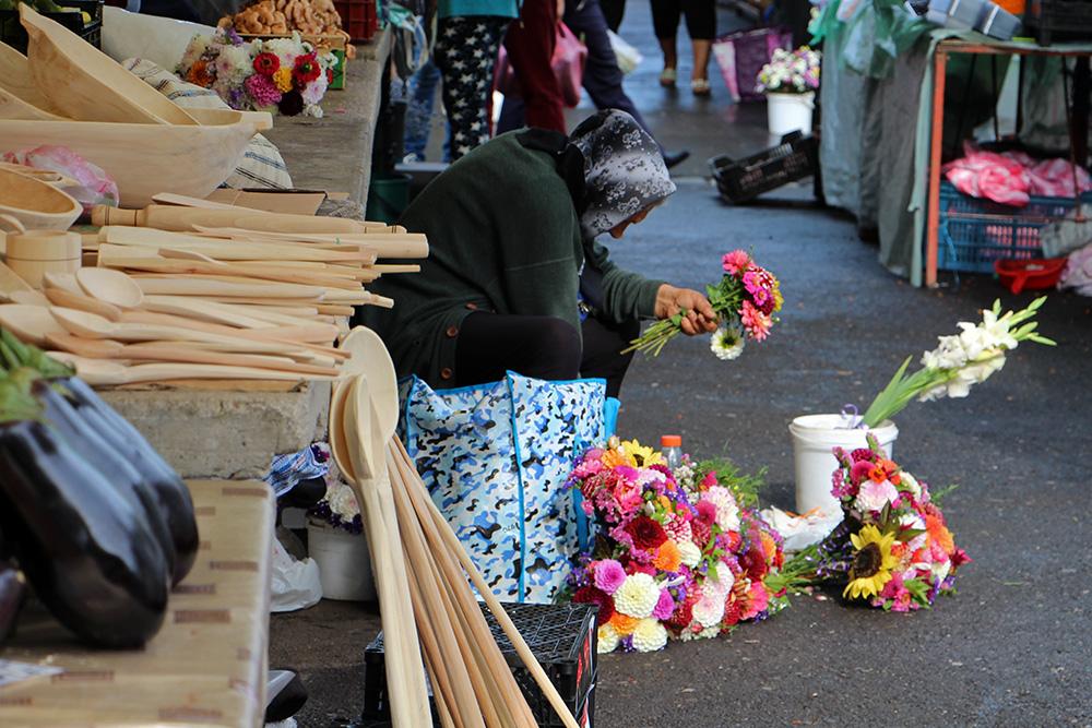 Blumenverkäuferin am Markt Piata Cibin in Sibiu