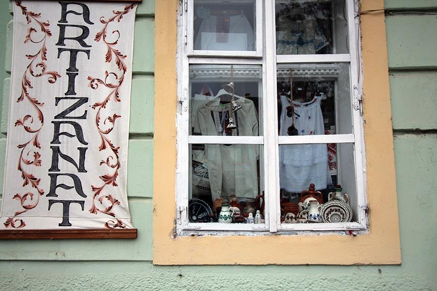Artizanat Shop Sighisoara, handbestickte Kleidung