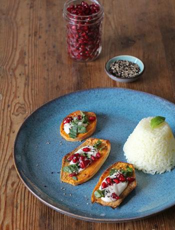 Ofen-Süsskartoffel mit Granatapfel und Tahin-Sauce