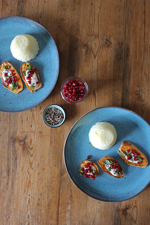 Ofen-Süsskartoffeln mit Granatapfel und Tahin-Sauce