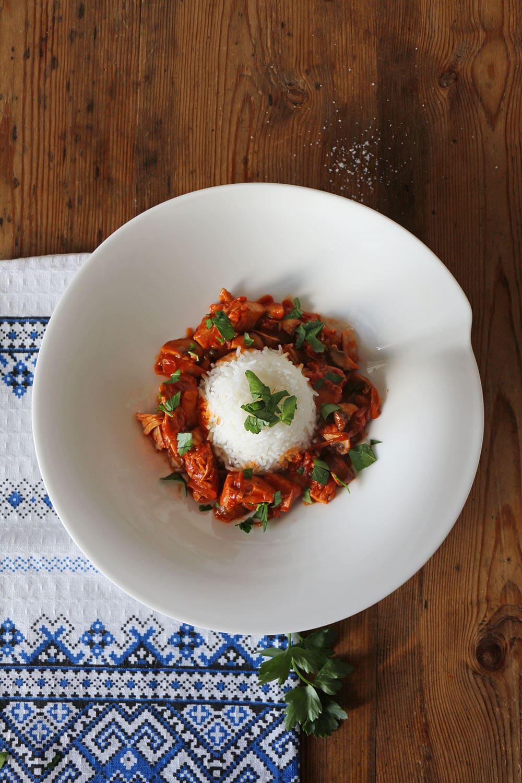 Rezept für veganes Gulasch mit Jackfruit und Pilzen