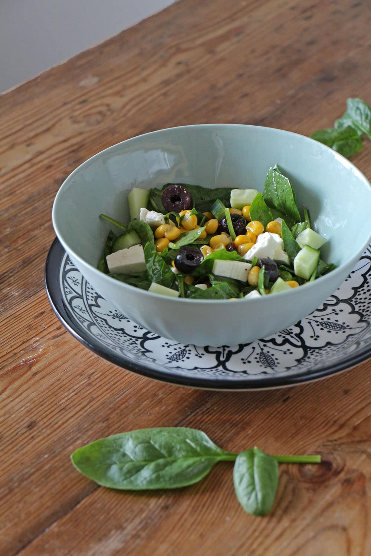 Einfacher Spinatsalat mit Feta, Mais und Oliven