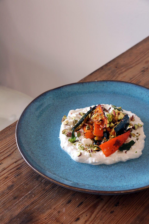 """Ofengemüse mit Feta-Joghurt-Creme - aus """"Palästina"""" von Sami Tamimi"""