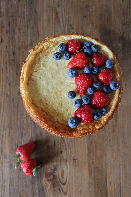 Brownie-Cheesecake mit Erdbeeren und Heidelbeeren, einfaches Rezept