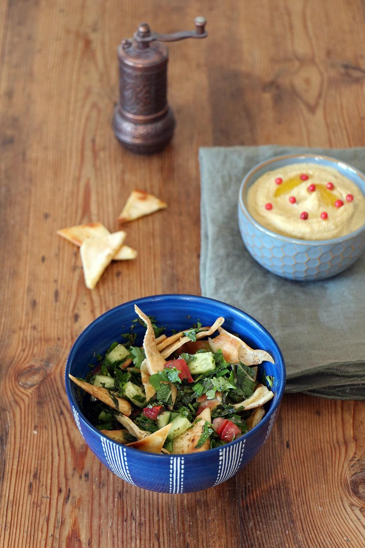 Fattoush und Hummus - Salat mit Fladenbrot