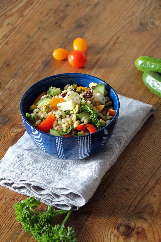 Picknick: leckerer Salat aus Weizen und Sommergemüse, vegetarisch oder vegan