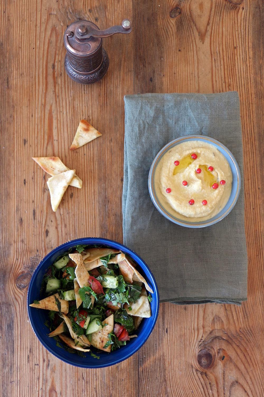 Libanesischer Salat mit Kräutern und Fladenbrot, vegetarisch